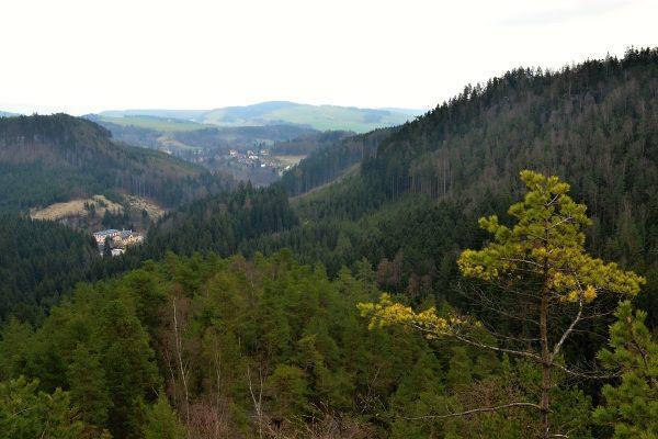 Pohled ze skalního hradu Střmen na budovu SOU
