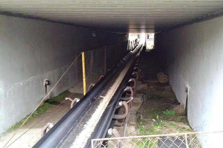 Pásový dopravník pod železniční tratí