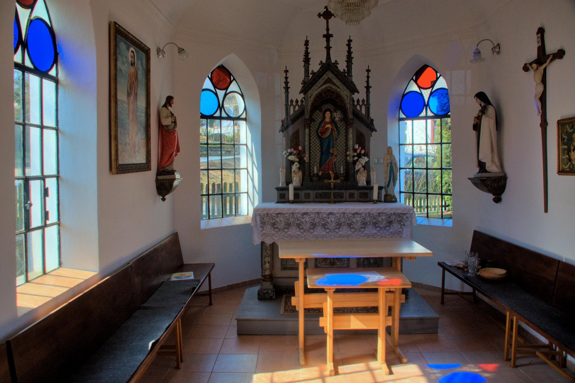 Interiér kaple, Petráveč