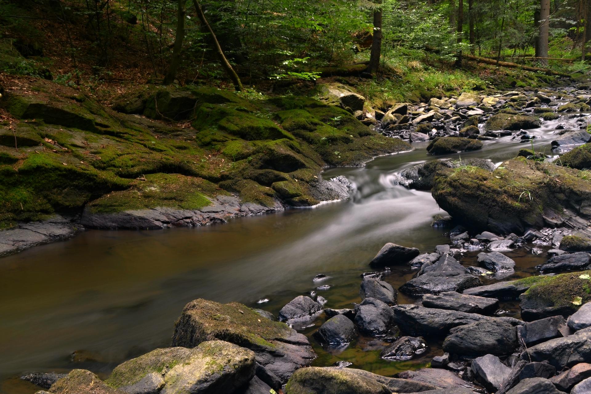 Voda zrychluje po kamenech