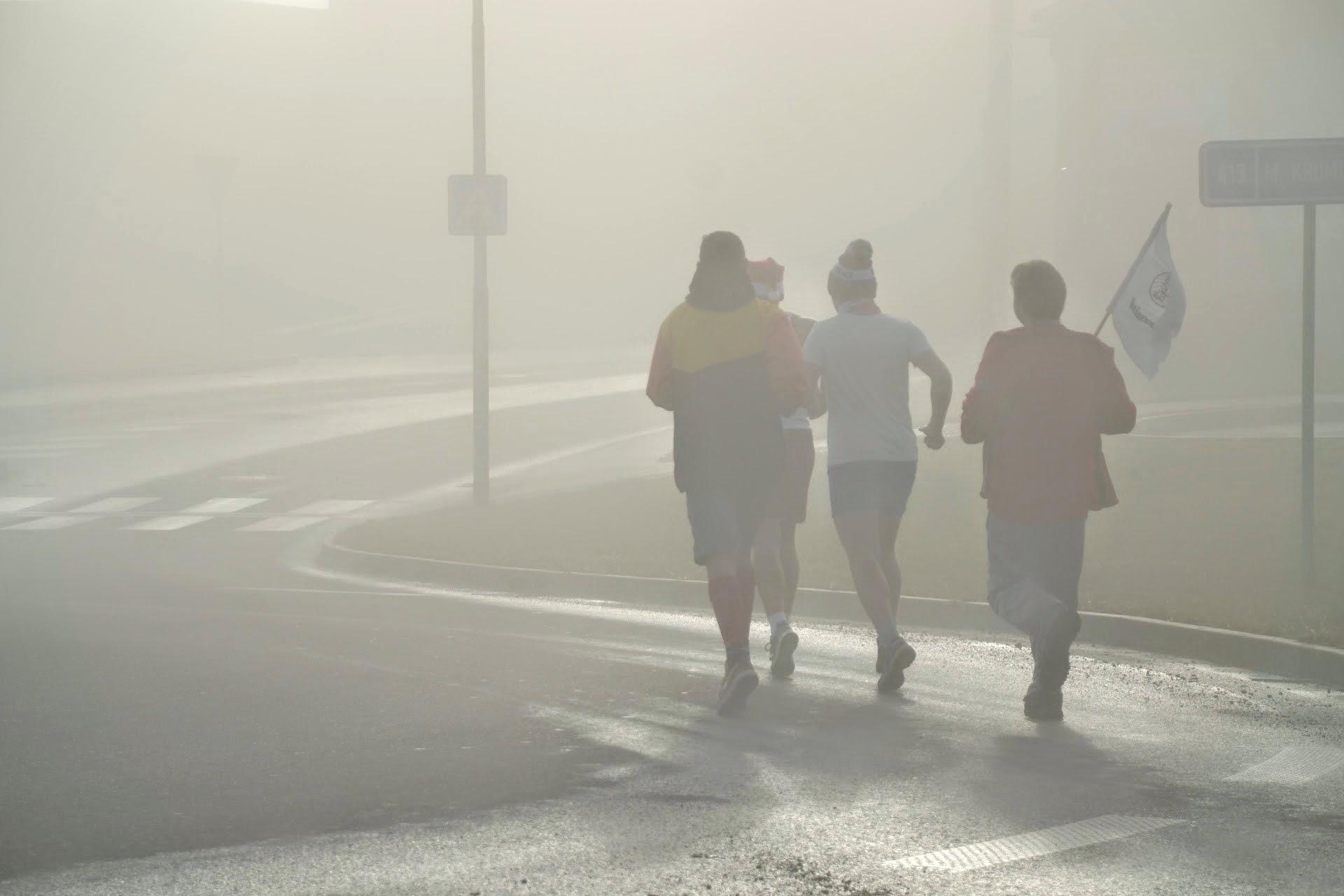 Čtyři běží, jeden to musí ještě stíhat fotit