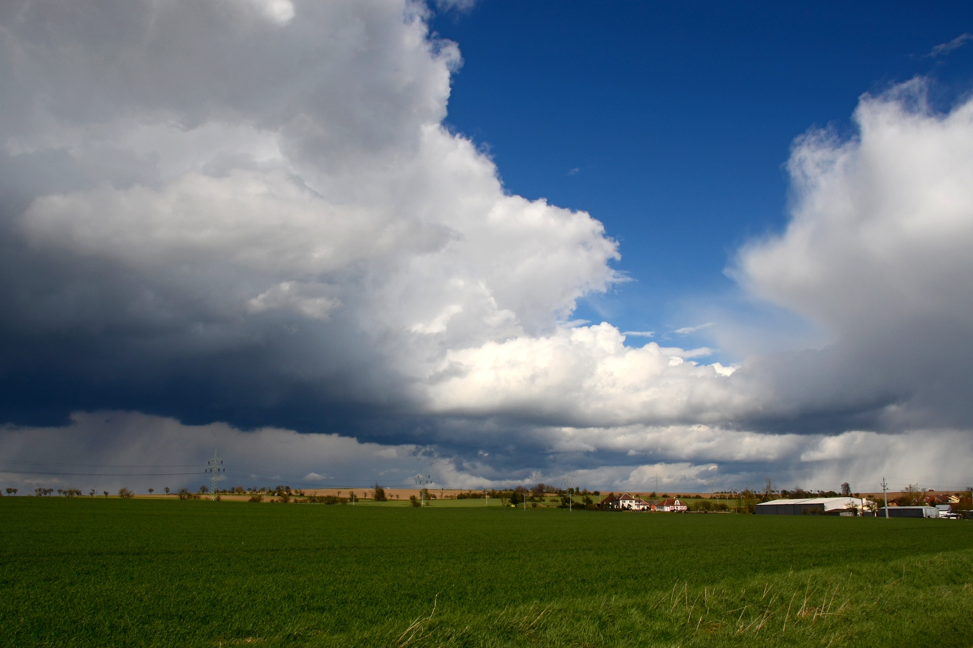Dubnové mraky za Koněšínem